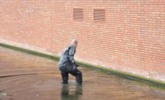 6 november Gsm door duiker uit het water gehaald in Leiden