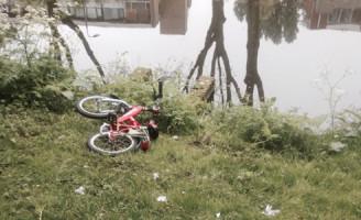 30 april Brandweer zoekt in water Händellaan Delft na aantreffen kinderfietsje
