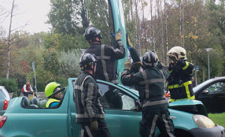 28 oktober Brandweer bevrijdt man na aanrijding Dorpsweg Rotterdam