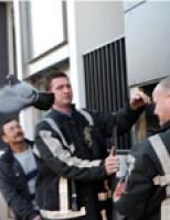 Brandweer haalt duif uit schacht van flat Schiedam