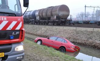 Auto in sloot na uitwijkmanoeuvre op Colosseumweg Rotterdam