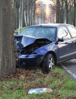 Auto rijdt tegen boom Kanaalweg Leiden