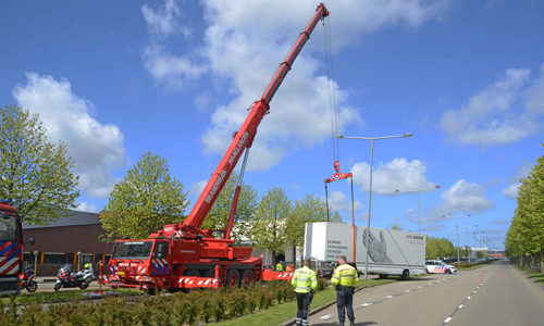 """<h2><a href=""""http://district8.net/3-mei-grote-kraan-brandweer-ingezet-voor-geschaarde-vrachtwagen-donau-den-haag.html"""">3 mei Grote kraan brandweer ingezet voor geschaarde vrachtwagen Donau Den Haag<a href='http://district8.net/3-mei-grote-kraan-brandweer-ingezet-voor-geschaarde-vrachtwagen-donau-den-haag.html#comments' class='comments-small'>(1)</a></a></h2>  Den Haag - Dinsdagochtend 3 mei is er op de Donau in Den Haag een vrachtwagen geschaard. De vrachtwagen kwam van een van de bedrijven gelegen aan de Donau. Door"""