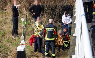 Kano met vier personen slaat om Rijn- en Schiekade Leiden