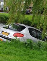Auto te water Meerburgerkade Leiden
