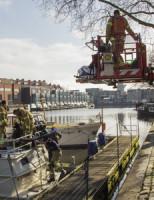 26 februari Vrouw met hoogwerker van boot gehaald Schiedam