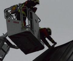 25 februari Brandweer rukt uit voor een klapperende dakplaat Lekkenburg Gouda