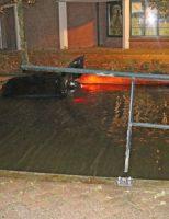 29 oktober Inzittenden vluchten na ter water raken met auto Karnemelksloot Gouda