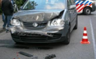 Auto knalt boven op leswagen met aanhanger Huniadijk Rotterdam