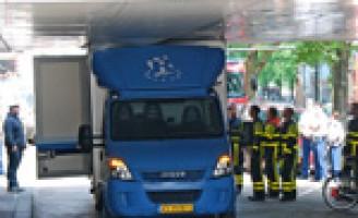 Vrachtwagen rijdt zich klem onder viaduct Zwarteweg Den Haag