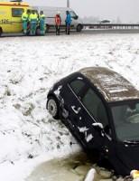 Drie auto's te water door ijzel op de A20