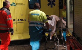 Hulpdiensten halen gewonde man van schip Boterdiep Rotterdam