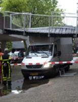 Bestelbus ramt voetgangersbruggetje Marshallplein Rijswijk