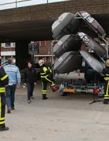 Bestuurder komt met aanhanger vast te zitten onder Viaduct