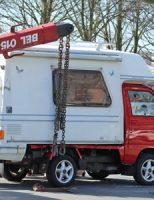 16 april Auto verliest opzetcamper midden op weg Schaapweg Rijswijk [VIDEO]