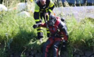 Zoektocht in Schie na achtergelaten kinderfiets Delftweg Rijswijk