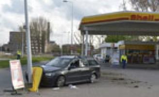 Auto komt tegen mast tot stilstand Gooimeerlaan Leiden