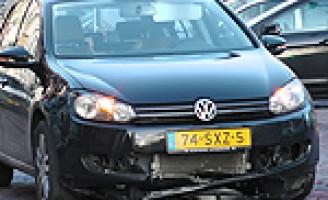 Personenauto versus poller Oude Langedijk