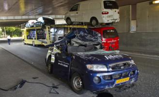 31 augustus Autotrailer botst tegen viaduct