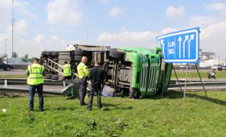 22 april Vrachtwagen gekanteld op afrit A16 Rotterdam