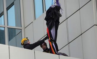 21 november Actievoerders Greenpeace beklimmen Shell kantoor Rotterdam