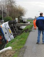 4 maart Vuilniswagen te water Oudendijkseweg Woubrugge