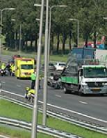 Auto over de kop A13 bij afslag Delft-Noord