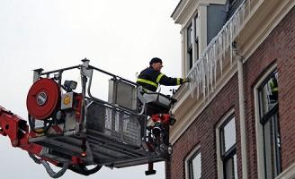 De brandweer verwijderd sneeuw van het dak [FOTO UPDATE]