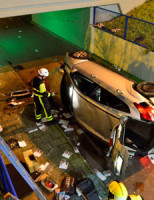 23 december Auto raakt van de weg en valt in fietstunnel Zoetermeer [VIDEO]