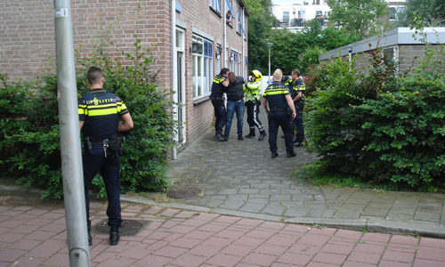 """<h2><a href=""""http://district8.net/27-juli-politie-houdt-twee-scooterdieven-aan-diamantpad-delft.html"""">27 juli Politie houdt twee scooterdieven aan Diamantpad Delft<a href='http://district8.net/27-juli-politie-houdt-twee-scooterdieven-aan-diamantpad-delft.html#comments' class='comments-small'>(0)</a></a></h2>  Delft - Agenten die woensdagmiddag 27 juli in Delft surveilleerden besloten een brommer met daarop twee opzittenden al rijdend aan een controle te onderwerpen. Het kenteken werd nagevraagd en daaruit"""