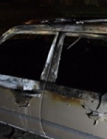 Autobrand volledig uit op de Achterzeedijk in Barendrecht