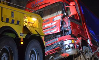 2 februari Vrachtwagen belandt in sloot N219 Zevenhuizen