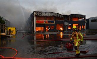 7 december Zeer grote brand verwoest elf bedrijven Ambachtsweg Pijnacker