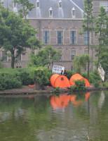19 juni Politie haalt actievoerders van eilandje Hofvijver