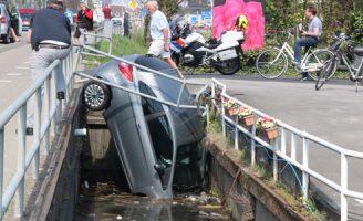 22 april Auto beland 'recht' in het water Nieuweweg Honselersdijk