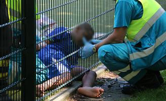 11 juni Jongetje met been vast onder hek Minervaplein Delft