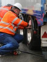 8 maart Vrachtwagen rijdt zich klem op brug Den Hoorn
