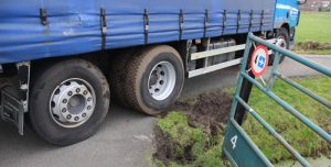 29 januari Vrachtwagen vol augurken vast in berm Woudlaan Vlaardingen