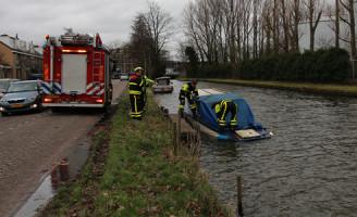 9 januari Brandweer pompt water uit zinkend bootje Rijswijk