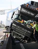 22 oktober Vrachtwagen schiet door vangrail A12 Nootdorp