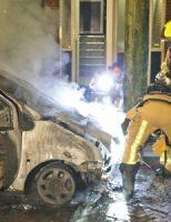 10 november Geparkeerde auto gaat in vlammen op Teding van Berkhoutlaan Delft [VIDEO]