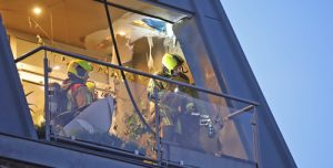 17 september Flinke brand in dak van woning Achterom Delft [VIDEO]