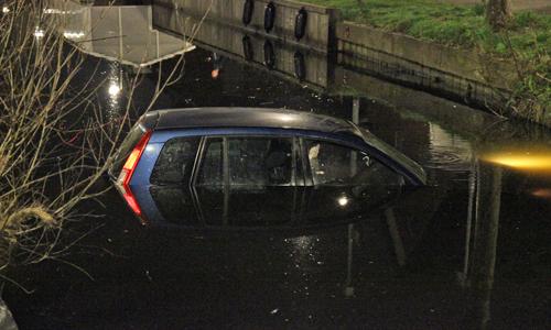 8 april dronken bestuurster rijdt auto in sloot strijpkade for Auto interieur den haag
