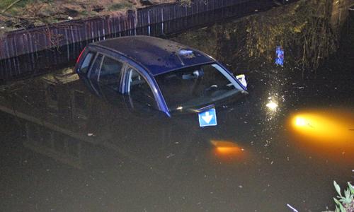 8 april dronken bestuurster rijdt auto in sloot strijpkade for Auto interieur reinigen den haag