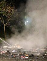 16 november Flinke vlammen nadat grof vuil in brand is gestoken Verwoldestraat Den Haag [VIDEO]