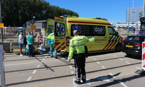 """<h2><a href=""""http://district8.net/23-augustus-fietser-gewond-na-aanrijding-met-auto-delft.html"""">23 augustus Fietser gewond na aanrijding met auto Delft<a href='http://district8.net/23-augustus-fietser-gewond-na-aanrijding-met-auto-delft.html#comments' class='comments-small'>(0)</a></a></h2>  Delft - Aan de Wateringsevest in Delft heeft dinsdagmiddag 23 augustus een aanrijding plaatsgevonden tussen een auto en een fietser. De fietser kwamdoor het ongeval ten val en raakte gewond."""
