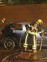 25 mei Twee geparkeerde auto's verwoest door brand Poptahof Zuid Delft [VIDEO]
