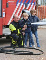 16 april Kinderen helpen brandweer met blussen Tweemolentjeskade Delft