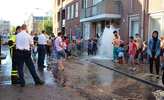 1 augustus Mensen zoeken verkoeling en draaien brandkranen open