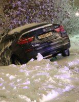 11 december Auto raakt van de weg door gladheid en rijd tegen gasleiding Dorpskade Wateringen [VIDEO]